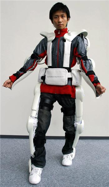 Robotik iskelet yürüme engellilere yardımcı oluyor.